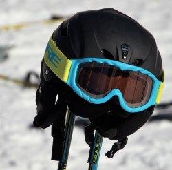 Beim Skifahren solltest du aber nicht vergessen den richtigen Helm zu tragen